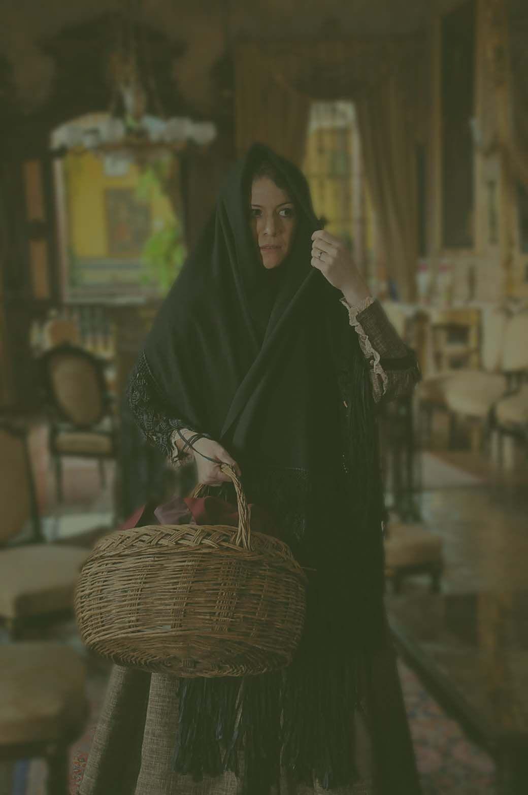 Tapada limeña sostiene cesta de mimbre